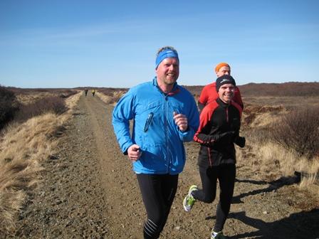 8 km að baki og gleðin tekin að ágerast. Hér er hlaupið norðureftir austurbakka Háfslækjar, sem er aðallækurinn í þessari sögu.