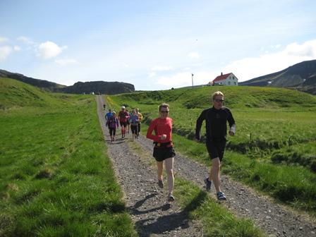 Á harðaspretti niður heimreiðina á Kleifum. Bara 41 km eftir! Bæjarstjórahjónin á Ísafirði fremst í flokki.