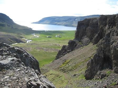 Horft niður Hafursgötuna, heim að Kleifum og út á Gilsfjörð. Hafursklettur til hægri.