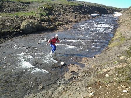 Jónína í Bólstaðargilinu. Þarna falla öll vötn til Steingrímsfjarðar.