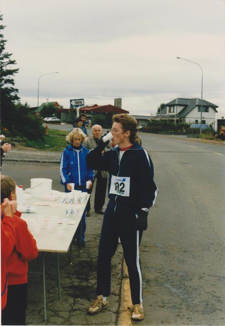 Sallarólegur í HSS-galla og slitnum skóm á drykkjarstöð í Reykjavíkurmaraþoninu 1985. Stutt síðan. Fátt hefur breyst. (Björk hlýtur að hafa tekið myndina).