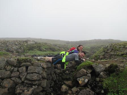 Atli og Sonja byggðu brú yfir ræsið svo að allir kæmust yfir.