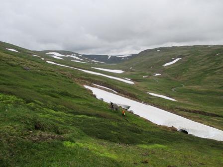 Enn á uppleið. Horft norður Steindadalsheiði og í fjarska grillir í Heiðarvatn.
