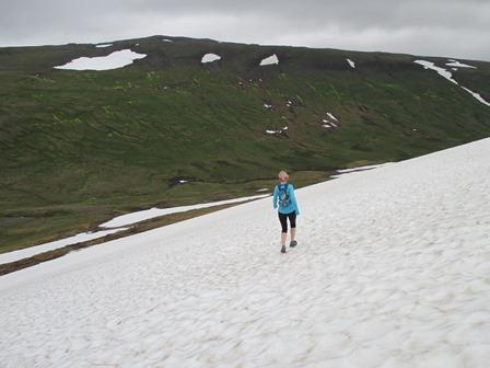 Bryndís á leið niður fannirnar í austurhlíð Vatnadals. Niðri í dalnum sést í Miðdalsána.