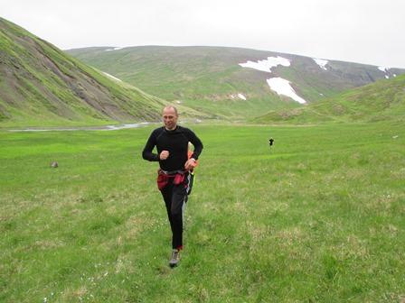Arnar Barði á leiðinni frá Hraundal niður að Tind. Vatnadalur í baksýn til vinstri og Hraundalur til hægri.