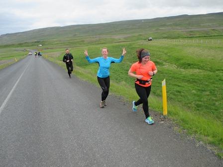 Á leið upp Heiðarbæjarmela. Ingibjörg fremst, þá Birgitta og síðan Hafþór. 10,5 km eftir til Hólmavíkur.