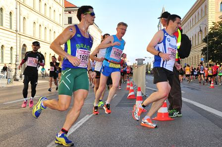Snúið á punktinum á Ludvigstraße eftir 4 km. (Ljósm. Marathon Photos).