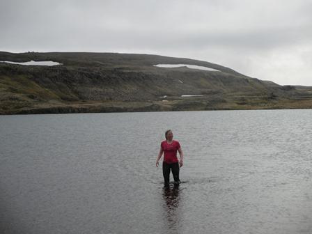 Sigrún María á leið í land eftir sundsprett í Krossárvatni.