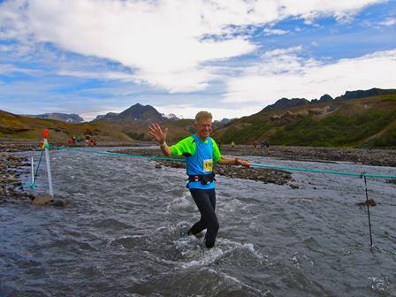 Í miðri Þröngá, 50 km að baki og gleðin allsráðandi. Rjúpnafell í baksýn. (Ljósm. Magnús Jóhannsson).