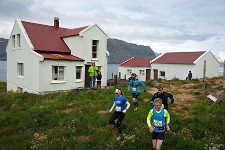 Lagt af stað frá Barðsnesi. Tuttuguogátta km ævintýri framundan. (Ljósm. Haukur Snorrason).