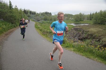Frekar glaður inn við Elliðaár á síðustu kílómetrum Miðnæturhlaupsins. (Ljósm. Hlaup.is).