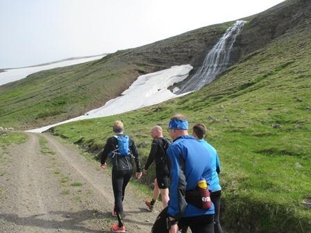 Á leið upp Steinadalsheiði. Gaman væri að vita nafn á þessum fossi sem rennur í skömmtum niður hlíðina.