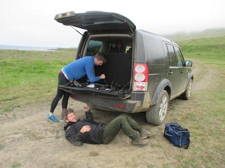 Trússbíllinn beið við Stóra-Fjarðarhorn. Sumir segja að gott sé að liggja undir Land-Rover.
