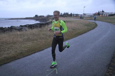 Ágætlega sáttur, 12 km að baki og vindurinn í fangið. (Ljósm. Torfi Leifsson, hlaup.is).